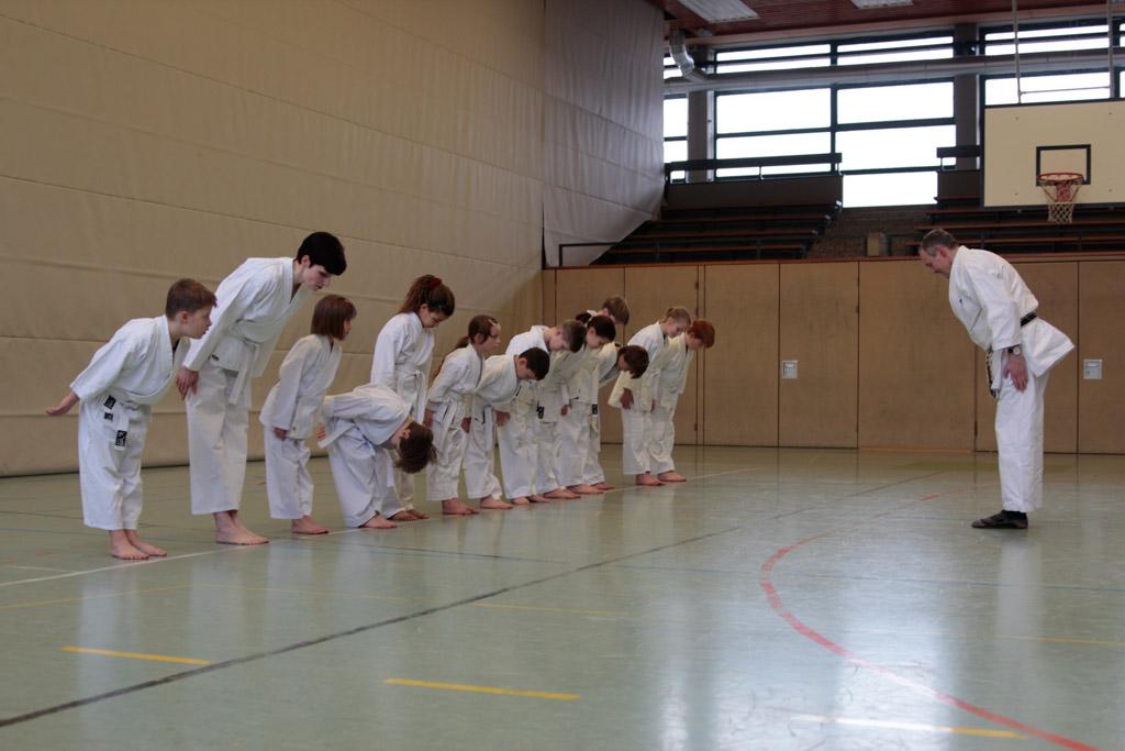 礼 - Rei. Karatekas verbeugen sich vor Sensei Ulrich Weß-Wesner